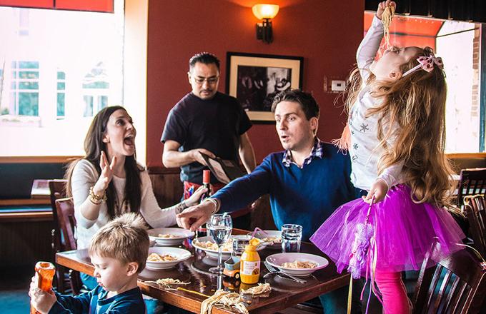 Lapsed käituvad restoranis nagu ahvid
