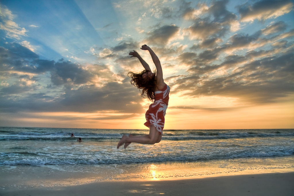 naine-huppab-rannal