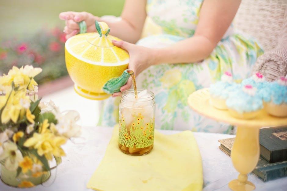 ingveri, sidruni ja mee tee