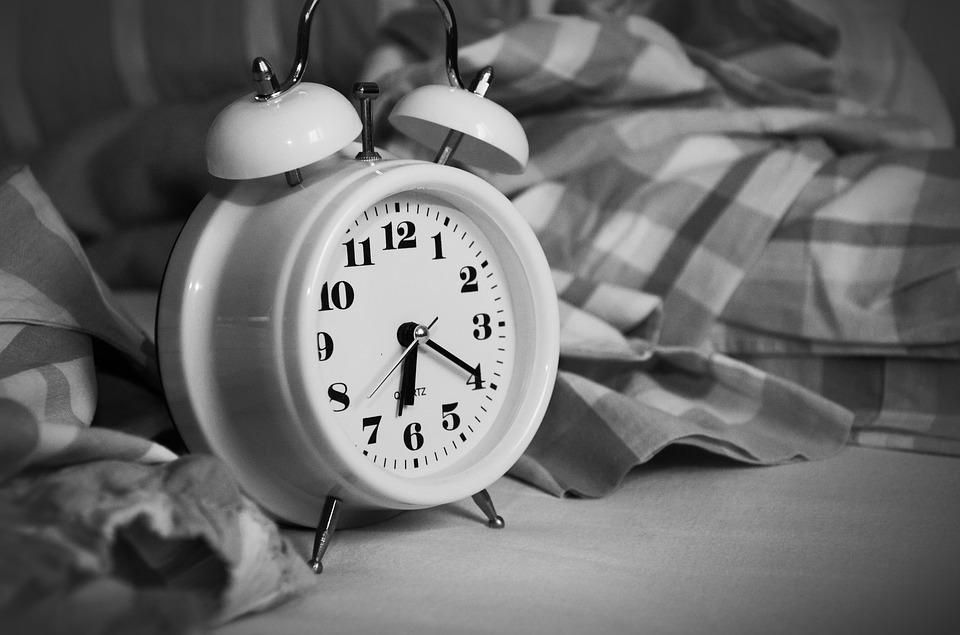 äratuskell ja vähene uni