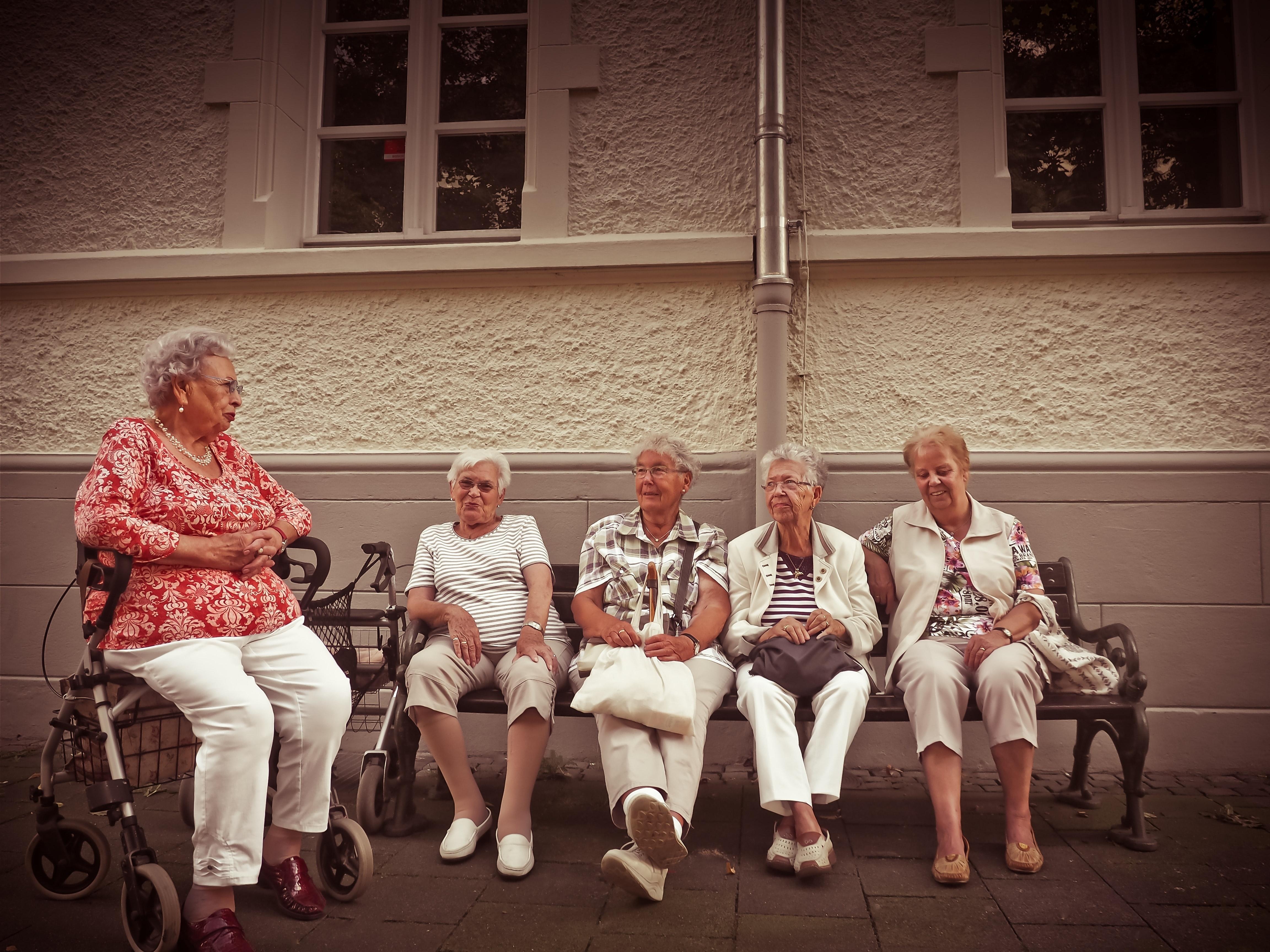 istuvad eakad